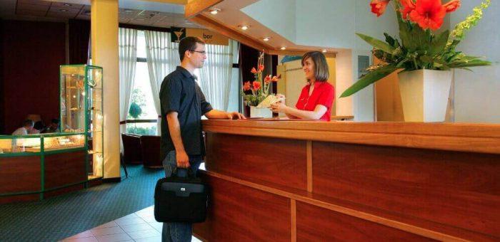 Có nên học lễ tân nhà hàng, khách sạn hay không?